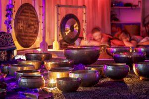 El masaje individual de musicoterapia ancestral la recibes cómodamente tumbado y consiste en la aplicación directa de la vibración que generan los cuencos sobre los centros energéticos específicos del cuerpo físico, coincidiendo estos con los 7 chakras principales.